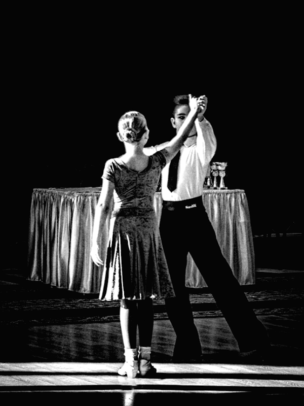Танцуют Маша Денисова и Влад Михно