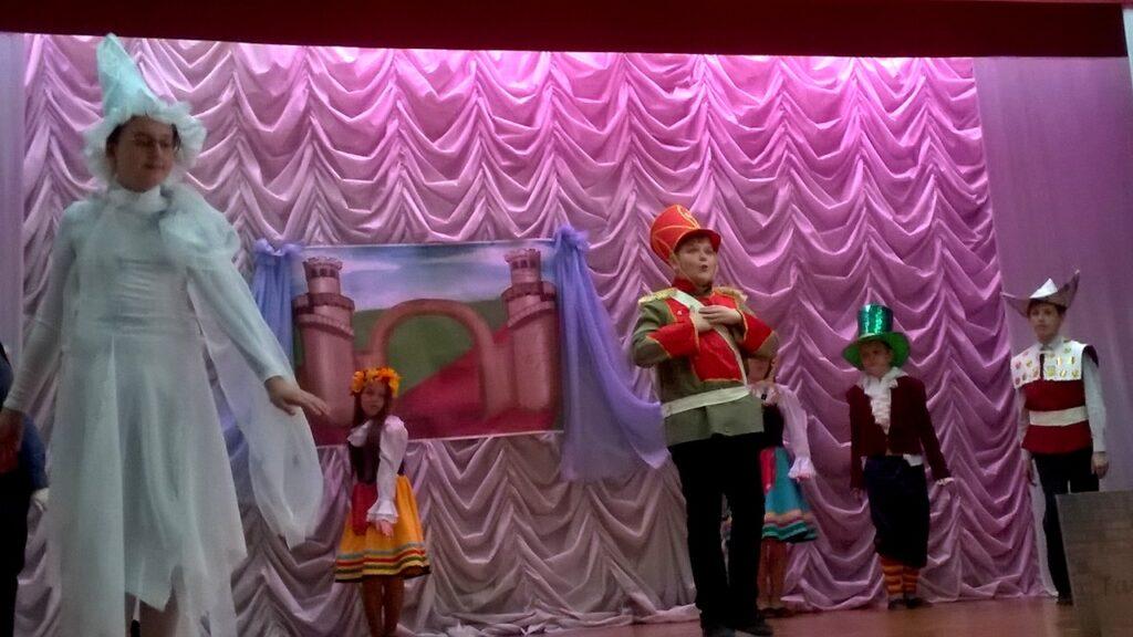 Сцена из спектакля Огниво