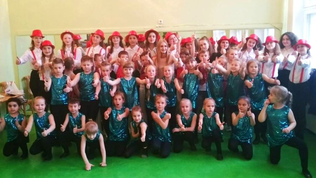 С.Ф. Тумашик и танцевальный коллектив